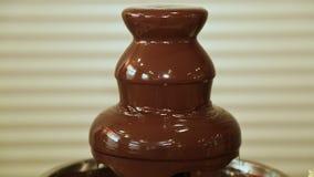 Líquido caliente de la fuente del chocolate que fluye abajo de la pirámide de la torre almacen de metraje de vídeo