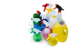 Líquido da limpeza da opinião de ângulo alto em umas garrafas coloridas do pulverizador Imagem de Stock