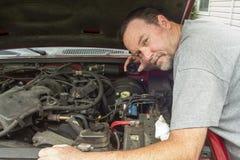 Líquido de Checking The Brake del mecánico en un distribuidor Foto de archivo libre de regalías