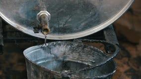 Líquido de derramamento do óleo ou do produto químico de motor na cubeta riscada velha video estoque