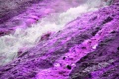 Líquido de ebullición del géiser de la geología violeta de los minerales