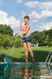 Líquido de limpeza da piscina no trabalho Fotografia de Stock Royalty Free