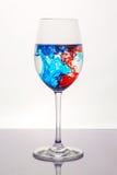 Líquido del rojo azul en copa de vino Imagen de archivo libre de regalías