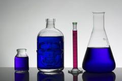 Líquido en botellas del laboratorio Laboratorio bioquímico científico Líquido colorido imágenes de archivo libres de regalías