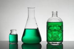 Líquido en botellas del laboratorio Laboratorio bioquímico científico Líquido colorido fotos de archivo libres de regalías