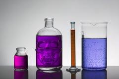 Líquido en botellas del laboratorio Laboratorio bioquímico científico Líquido colorido fotografía de archivo