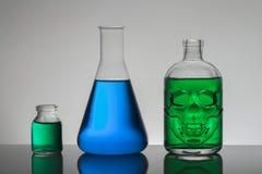 Líquido en botellas del laboratorio Laboratorio bioquímico científico Líquido colorido imagen de archivo