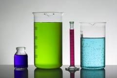 Líquido en botellas del laboratorio Laboratorio bioquímico científico Líquido colorido foto de archivo libre de regalías