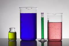 Líquido en botellas del laboratorio Laboratorio bioquímico científico Líquido colorido imagen de archivo libre de regalías