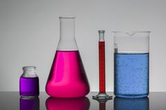 Líquido en botellas del laboratorio Laboratorio bioquímico científico Líquido colorido fotografía de archivo libre de regalías