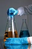 Líquido que mistura em uma garrafa Fotos de Stock