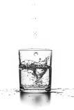 Líquido que vierte en un vidrio Imagen de archivo libre de regalías
