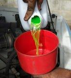 Líquido refrigerante de derramamento do motor em um carro Fotografia de Stock Royalty Free