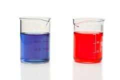 Líquido vermelho e azul em umas taças Imagens de Stock
