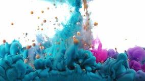 Líquidos coloridos que misturam sob a água filme
