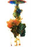 Líquidos coloridos subacuáticos Mezcla amarilla y violeta en ocre fotografía de archivo libre de regalías