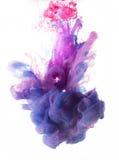 Líquidos coloridos subacuáticos Rosa azul fotografía de archivo