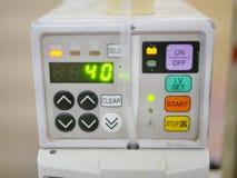 Líquidos de infusão e nutrientes de uma bomba da infusão em um sistema circulatório de um paciente imagens de stock royalty free