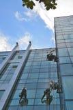 Líquidos de limpeza de janela no prédio de escritórios, foto tomada 20 05 2014 Fotografia de Stock Royalty Free