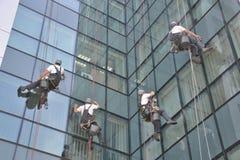 Líquidos de limpeza de janela no prédio de escritórios, foto tomada 20 05 2014 Fotos de Stock Royalty Free