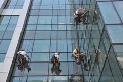 Líquidos de limpeza de janela no prédio de escritórios, foto tomada 20 05 2014 Imagens de Stock Royalty Free