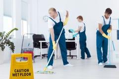 Líquidos de limpeza durante o trabalho fotos de stock