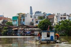 Líquidos de limpeza Saigon Vietname do rio fotos de stock