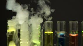 Líquidos del color que se evaporan de los tubos de ensayo, laboratorio ilegal, producción de la droga metrajes