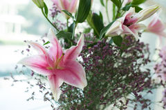 Lírio cor-de-rosa bonito ajustado no dia do casamento Foto de Stock Royalty Free