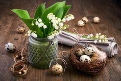 Lírio do vale e de decorações da Páscoa na madeira de carvalho velha Fotos de Stock