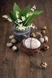 Lírio do vale e de decorações da Páscoa na madeira de carvalho velha Imagem de Stock