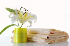 Lírio e tablecloth Imagens de Stock Royalty Free