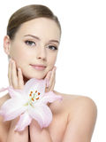 Lírio perto da face bonita da mulher Imagens de Stock Royalty Free