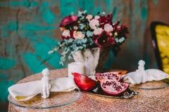 Lírios de Calla e uma romã fotografia de stock
