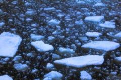 Lód i lód szczerbimy się po przejścia wspomagany energią jądrową icebreaker Fotografia Stock
