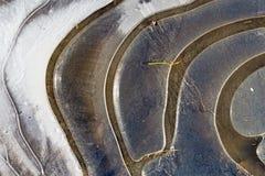 Lód Marznąca kałuża na żwir wiejskiej drodze fotografia stock