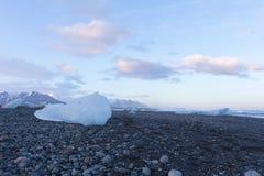Lód na bazaltowych czarnych piaskach Fotografia Royalty Free