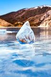 Lód na Jeziornym Baikal floe Błękitny przejrzysty lód Obrazy Stock