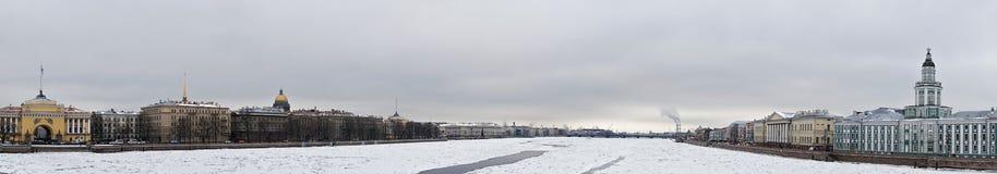 Lód na Neva rzeki panoramie zdjęcie royalty free