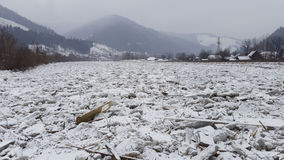 Lód na rzecznym Bistrita w Rumunia Fotografia Royalty Free