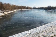 Lód pękał na stawie w Listopadzie Zdjęcie Stock