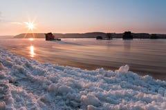 Lód płynie na brzeg rzeki zdjęcie royalty free