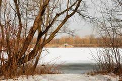 Lód rozpada się pod cienką warstwą zamarznięta woda rzeczna Fotografia Stock