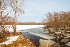 Lód rozpada się pod cienką warstwą zamarznięta woda rzeczna Obrazy Stock