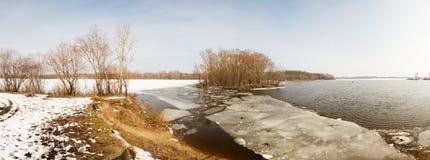 Lód rozpada się pod cienką warstwą zamarznięta woda rzeczna Obraz Royalty Free