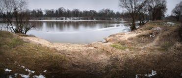 Lód rozpada się pod cienką warstwą zamarznięta woda rzeczna Obraz Stock