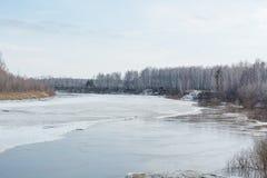 Lód topi na rzece Icebreaker na rzece Mnóstwo lód unosi się wzdłuż rzeki Lód topi Obraz Royalty Free