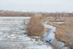 Lód topi na rzece Icebreaker na rzece Mnóstwo lód unosi się wzdłuż rzeki Lód topi Obrazy Stock