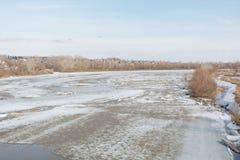 Lód topi na rzece Icebreaker na rzece Mnóstwo lód unosi się wzdłuż rzeki Lód topi Obrazy Royalty Free