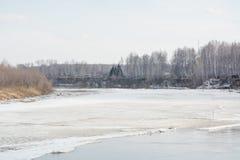 Lód topi na rzece Icebreaker na rzece Mnóstwo lód unosi się wzdłuż rzeki Lód topi Fotografia Stock